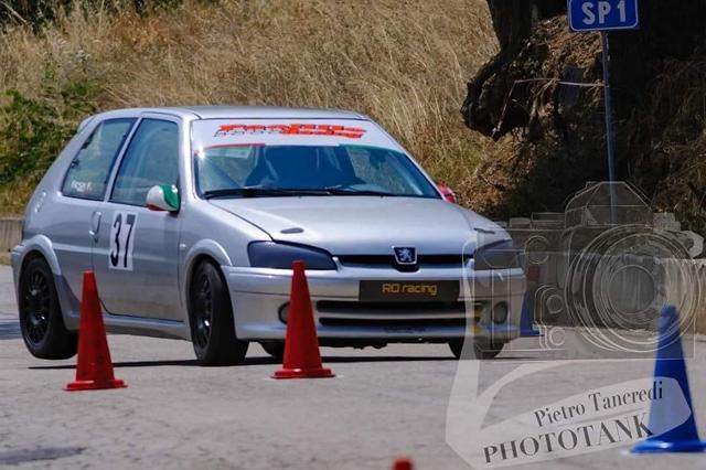 Felice Rosa tiene alta la bandiera della RO racing, sulla pista di Torricella.
