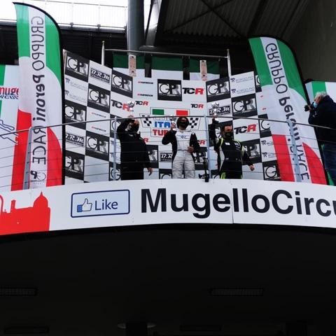 Podio sotto la pioggia per i portacolori della scuderia Gretaracing, Vanni Tagliente e Gennaro Manolio nei circuiti di Varano e Mugello.
