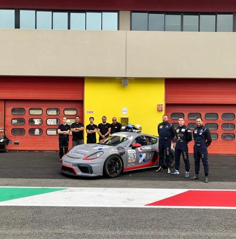 Riccardo Pera impegnato a Vallelunga nel Campionato Italiano GT4 con la Porsche.